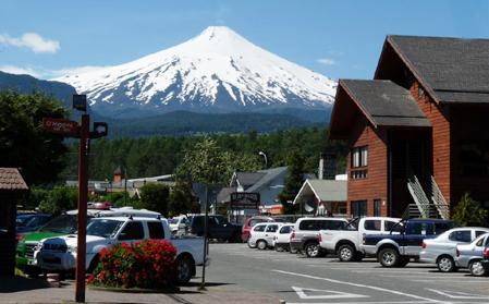 Cidade de Pucón e o vulcão Villa Rica