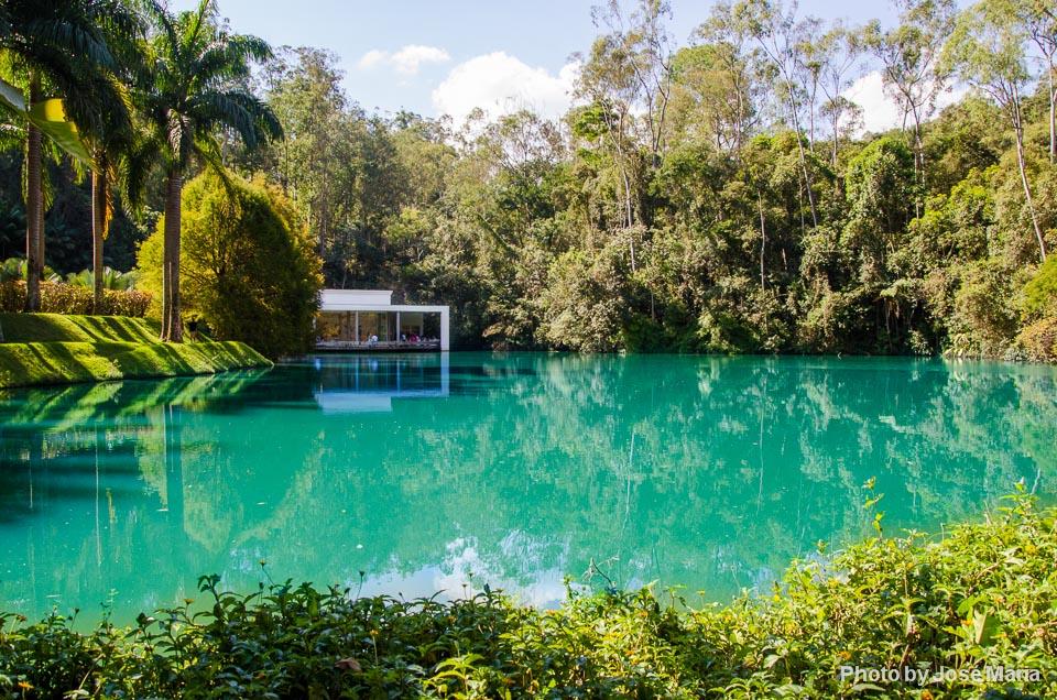 Um dos lagos de Inhotim
